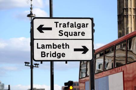 flèche double: Street sign et bus à impériale à Londres Banque d'images