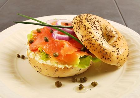 Geräucherter Lachs mit Frischkäse Bagel-Sandwich Standard-Bild - 36967959