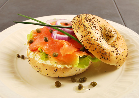Gerookte zalm met roomkaas bagel sandwich Stockfoto