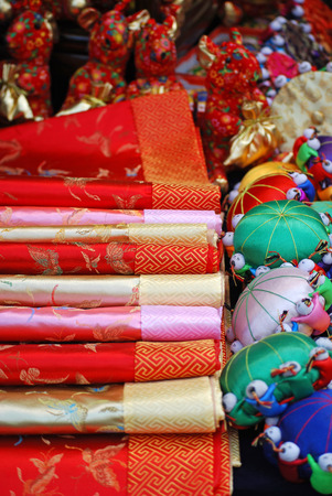 Chinese silk and tourist items in Asian market Imagens