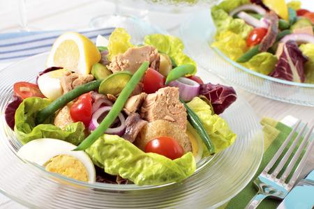 Nicoise salade gerangschikt op tafel