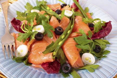 salmon ahumado: Ensalada de salmón ahumado con habas