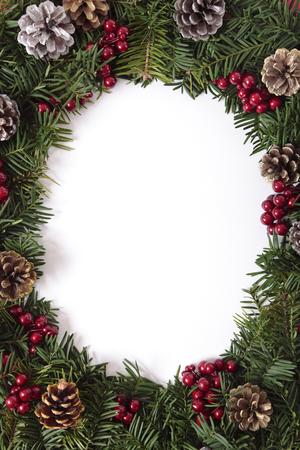 ovalo: Borde de Navidad con piñas y bayas. Espacio para la copia.