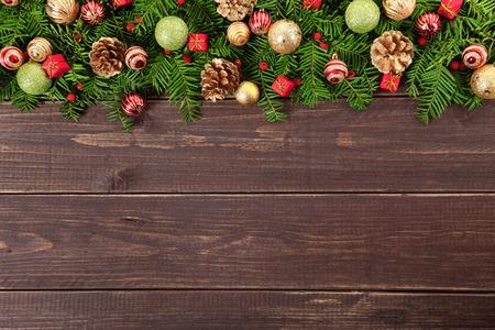 cajas navide�as: Frontera de la decoraci�n de navidad en el fondo de madera con espacio de copia
