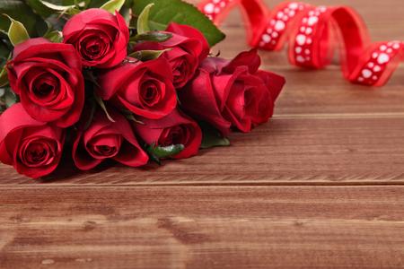 rosas rojas: rosas de San Valentín con la cinta roja Foto de archivo