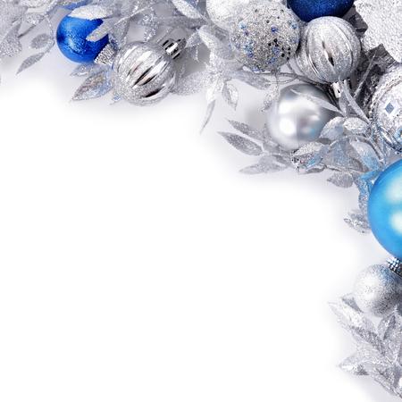 Borde navideño con adornos azules y plateados cuadrados.