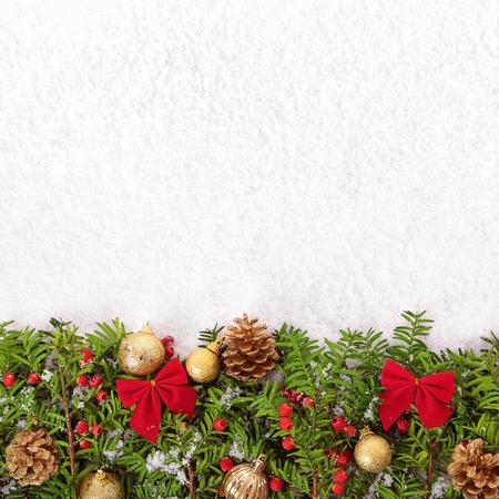 Kerstrand met traditionele versieringen op het sneeuwplein Stockfoto