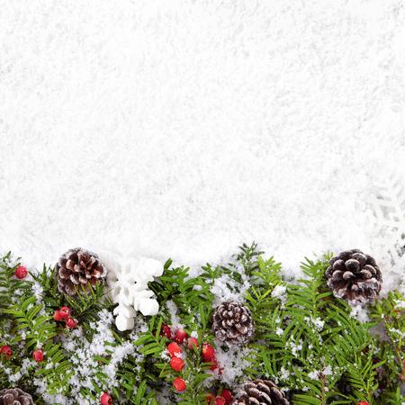 Kerstrand met traditionele versieringen op het sneeuwplein