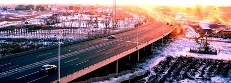 yacimiento petrolero: Viaducto de la carretera del campo petrolífero