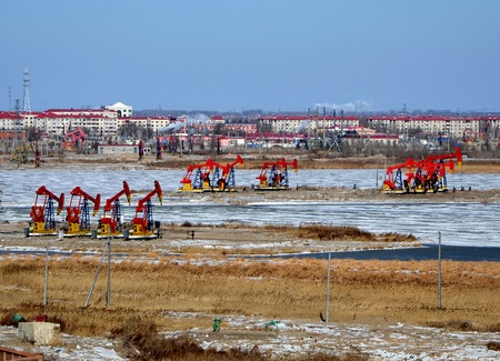 yacimiento petrolero: Oilfield vista de invierno Foto de archivo