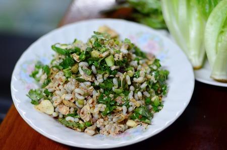 comida gourmet: La comida tailandesa se hace de rojo picante huevos de hormigas, enfoque selectivo en rojo picante huevos de hormigas con el primer plano y el fondo de la falta de definici�n