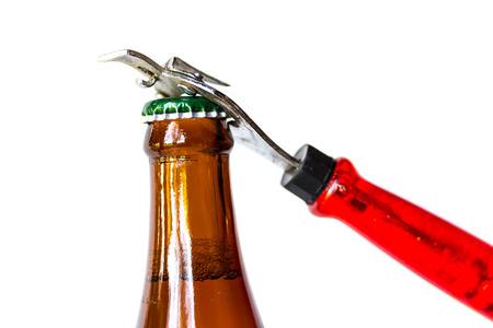 ported: Botella de cerveza oscura de apertura con el primer partido de metal Foto de archivo
