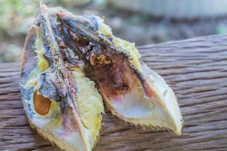 basura organica: fruta durian durian y está podrido. Foto de archivo
