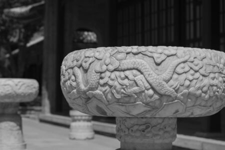 Large white marble pots with dragon patterns carved in Chinese gardens 版權商用圖片