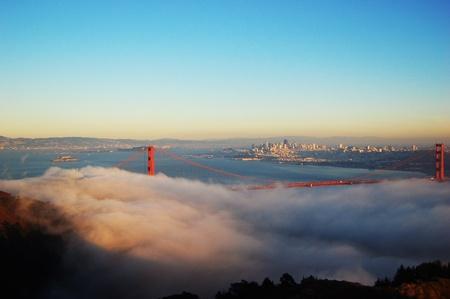 Golden Gate Bridge dans le brouillard dans un crépuscule d'hiver, avec San Francisco dans le sol en arrière, aux Etats-Unis Banque d'images