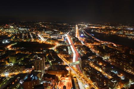 schlagbaum: Boston Skyline bei Nacht, einschlie�lich Fenway Park und Interstate Highway I-90 (Massachusetts Turnpike), von der Oberkante des Prudential Center in Richtung Westen, Boston, Massachusetts, USA