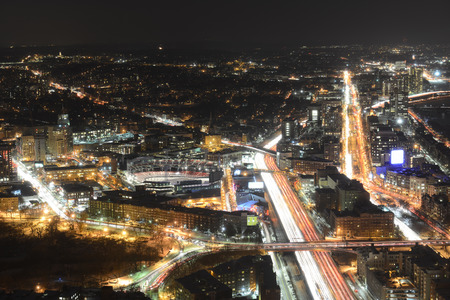 turnpike: Horizonte de Boston en la noche, incluyendo el Fenway Park y la autopista interestatal I-90 (Massachusetts Turnpike), desde la parte superior de Prudential Center hacia el oeste, Boston, Massachusetts, EE.UU.