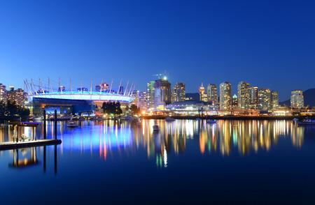 Vancouver horizonte de la ciudad y el estadio BC Place por la noche, Vancouver, Columbia Británica, Canadá