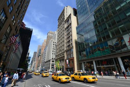 フィフス アベニュー、マンハッタン、ニューヨーク市、米国のイエローキャブ