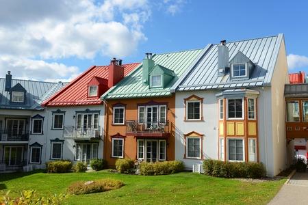 case colorate: Case colorate a villiage di Mont-Tremblant, Quebec, Canada
