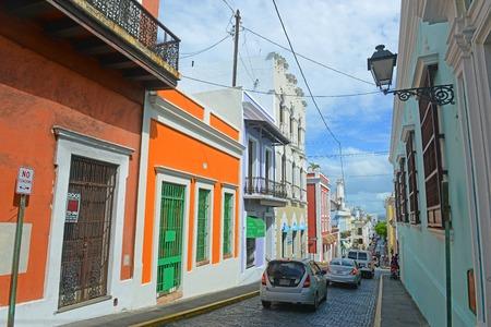 Edificio storico in Calle del Cristo tra Calle del Sol e Calle de San Sebastian a Old San Juan, Puerto Rico. Editoriali