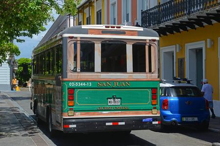 San Juan Ciudad Capital Bus su Plaza de Armas nella Vecchia San Juan, Puerto Rico.