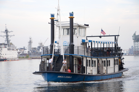 Steamboat operated by Hampton Roads Transit (HRT) connects downtown Norfolk to Old Town Portsmouth across Elizabeth River in Norfolk, Virginia, USA. Zdjęcie Seryjne - 116653927
