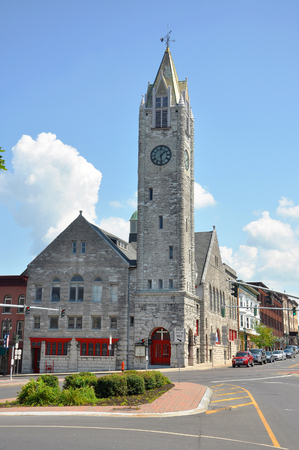 First Baptist Church in Public Square in downtown Watertown, Upstate New York, USA. 免版税图像 - 121569825
