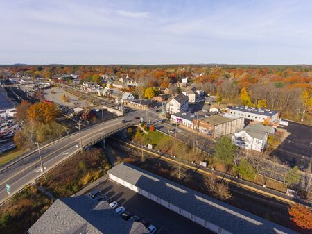 Aerial view of Wilmington historic town center at Main Street and Church Street with fall foliage, Wilmington, Massachusetts, USA. 免版税图像