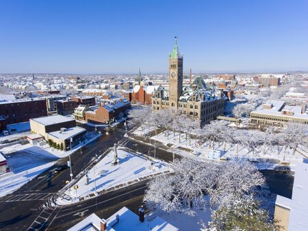 Lowell City Hall and downtown aerial view in downtown Lowell, Massachusetts, USA. 免版税图像