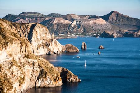 リーパリ アイランド、イタリアからのヴルカーノ島の美しい景色 写真素材