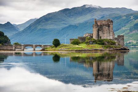 Castillo de Eilean Donan contra el agua, Escocia Foto de archivo - 28977650
