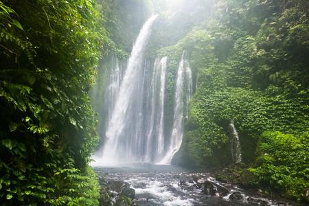 Terjun Tiu Kelep 滝、スナル、ロンボク、インドネシア、東南アジアの空気します。 写真素材