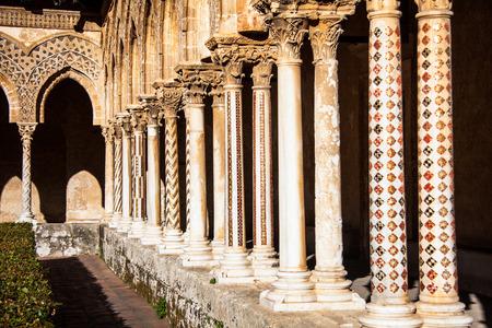 シシリー; モンレアーレの大聖堂の柱イタリア