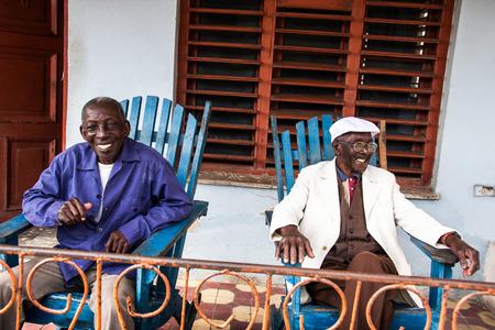 ハバナ、キューバ - 2011 年 2 月 15 日にハバナ市でベランダの椅子に座っている 2 月 15 日の幸せな高齢者のキューバ人