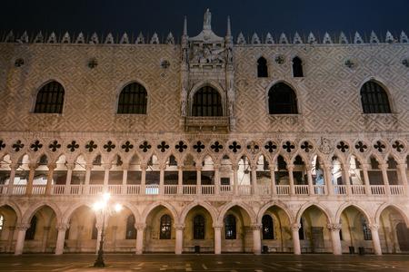 サン ・ マルコ広場とドゥカーレ宮殿の夜。ヴェネツィア, イタリア