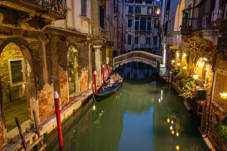 ヴェネツィアの夜、イタリア、ヨーロッパにて小さな運河に表示します。 写真素材
