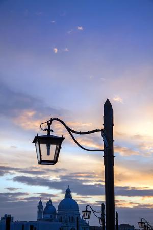 イタリア ヴェネツィアのサンタ・マリア ・ デッラ ・ サルーテ大聖堂にゴンドラの電柱の上に夕日島市運河ムラノガラスの照明ランプ