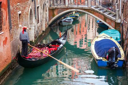 橋ヴェネツィア、イタリア、ヨーロッパで狭い運河でゴンドラ