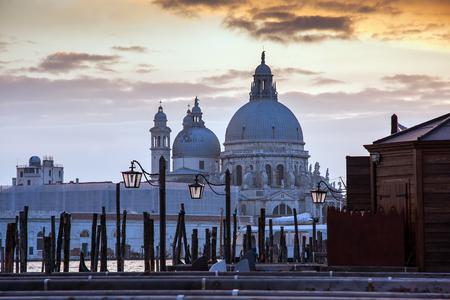 大運河とサンセット、ヴェネツィア、イタリア、ヨーロッパ中に大聖堂サンタ・マリア ・ デッラ ・ サルーテのビュー 写真素材