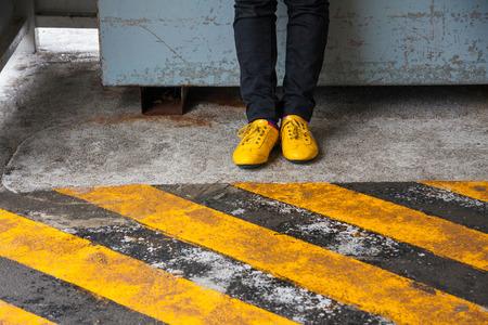 足を通路に黒と黄色のストリップ