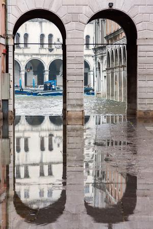 水と反射、ヴェネツィア、イタリア、ヨーロッパからヴェネツィアにあふれ 写真素材