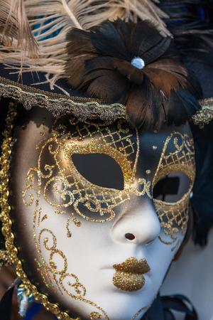 ゴールド伝統的なベニスのカーニバルのマスクです。ヴェネツィア, イタリア.