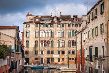 ヴェネツィアの風景。昔の家、ボート通り運河