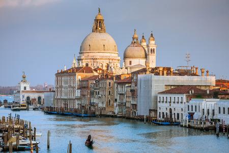 大運河とサンセット、ヴェネツィア、イタリア、ヨーロッパ中に大聖堂サンタ・マリア ・ デッラ ・ サルーテのビュー 報道画像