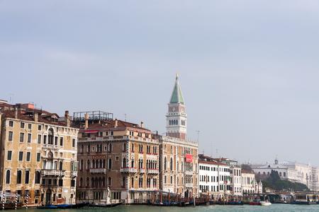 古い建物に近いウォーター フロントの有名なサン ・ マルコ広場、ヴェネツィア、イタリア、ヨーロッパ 写真素材