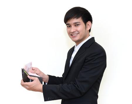handsom: hombre de negocios asi�ticos handsom tomar dinero en la cartera aislados en blanco. Foto de archivo
