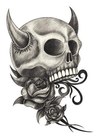 rosas negras: Cr�neo diablo dibujo de l�piz del tatuaje mano en papel. Foto de archivo