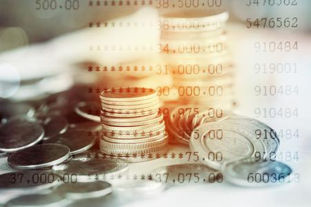 Double exposition de la pile de pièces et du compte bancaire pour le concept financier