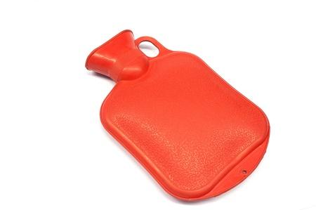 warm water: Red hot water fles gemaakt van rubber in de voorkant van een witte achtergrond